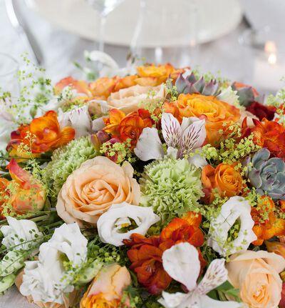 Rund borddekorasjon i hvitt og oransje