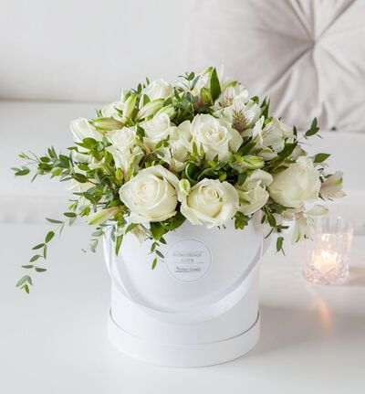 Hvit rosebukett i gaveeske