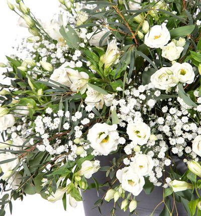 Hvit scendekorasjon med lisianthus