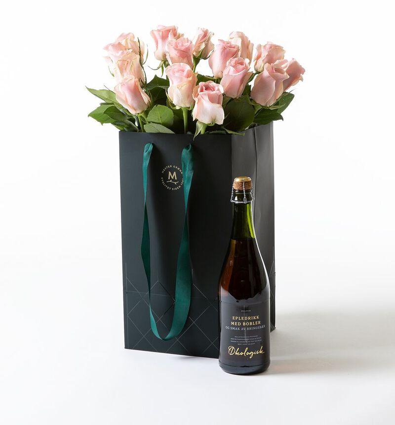 Rosa roser i gavepose med bobler  bildenummer 1