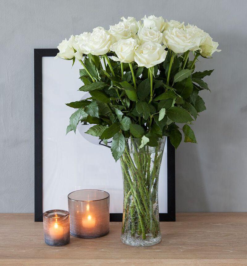 Hvite roser i gavepose med bobler og sjokolade bildenummer 3