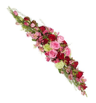 Avlang borddekorasjon i rosa og rødt