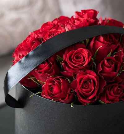 Røde roser i sort gaveeske XL