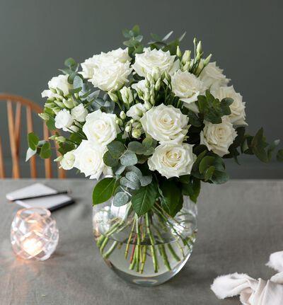 Hvit rosebukett med minnegave