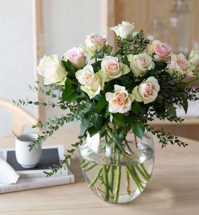 Rosa rosebukett med grønt