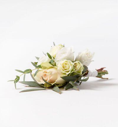 Knapphullsblomst med rosa rose og grønt