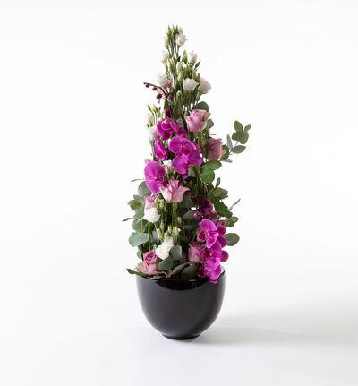 Lilla høy dekorasjon med orkidéer