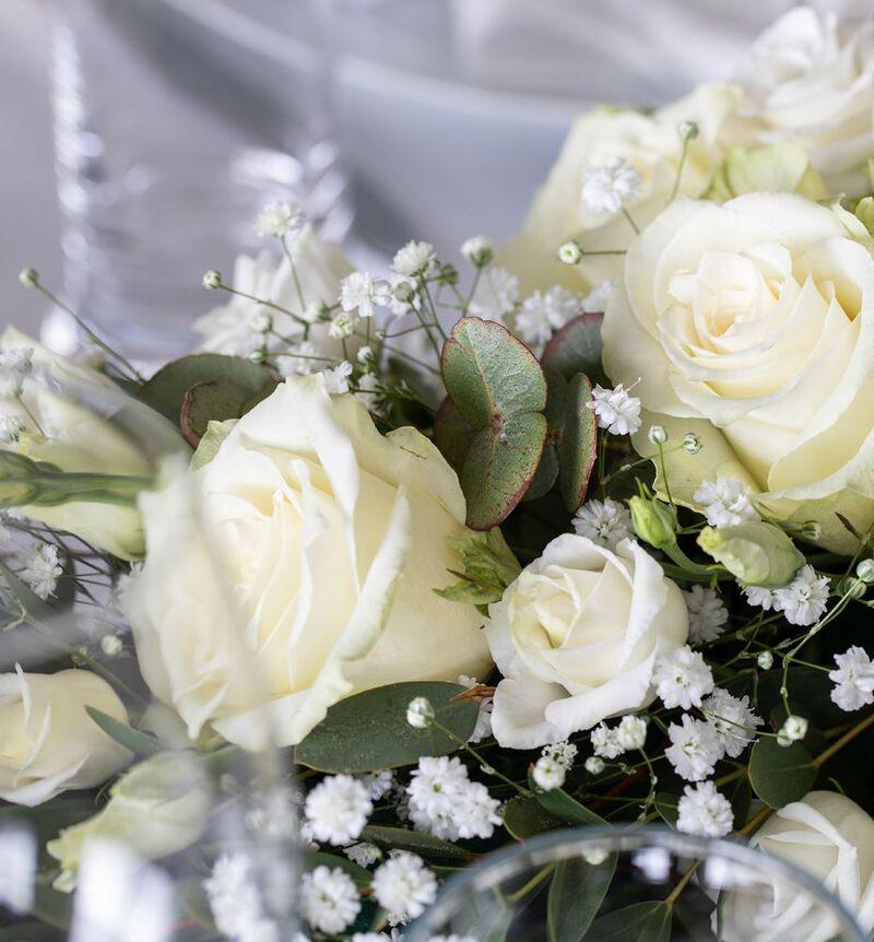 Liten hvit festpakke til avlangt bord bildenummer 2