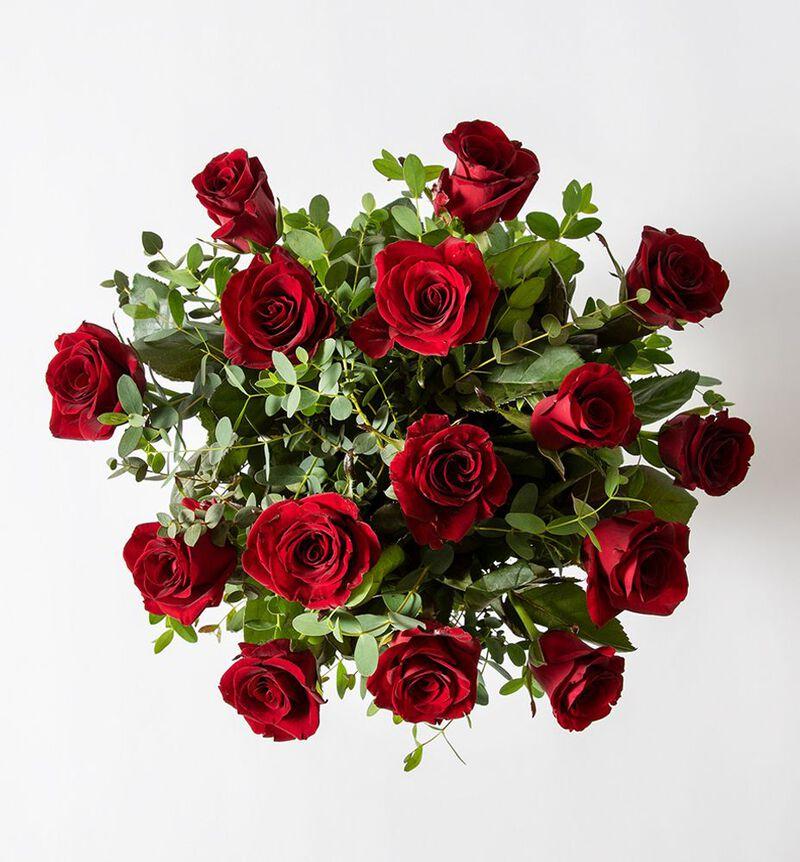 Rød rosebukett med grønt bildenummer 2