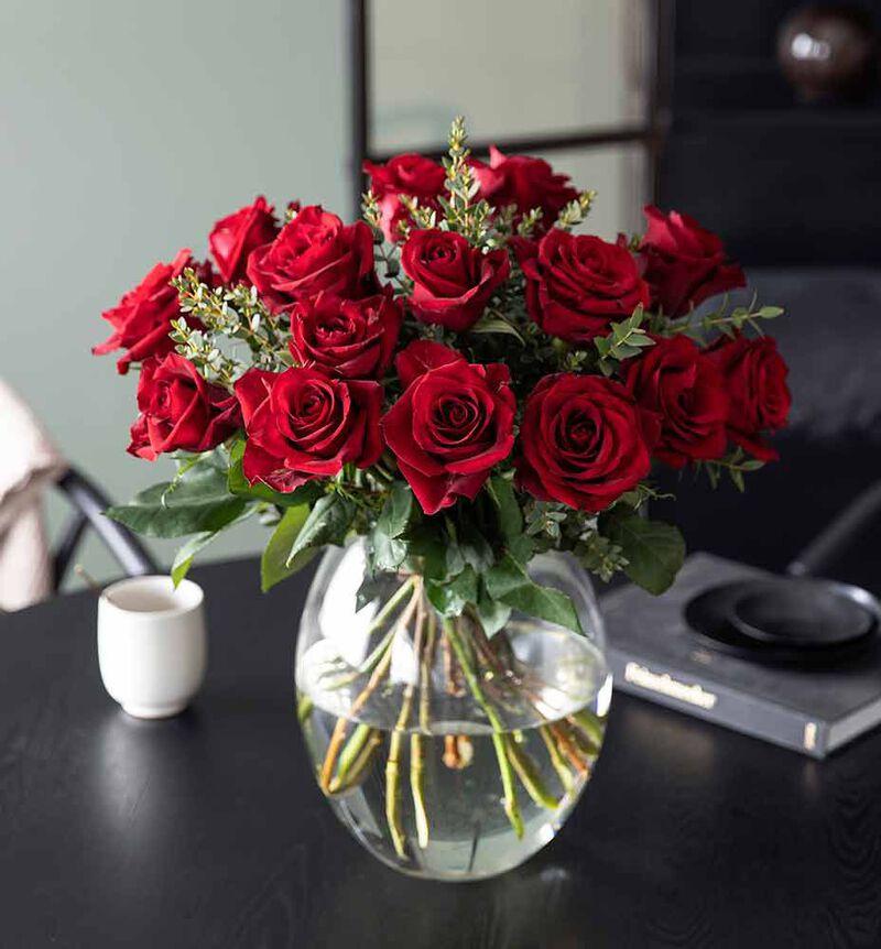 Rød rosebukett med grønt bildenummer 3