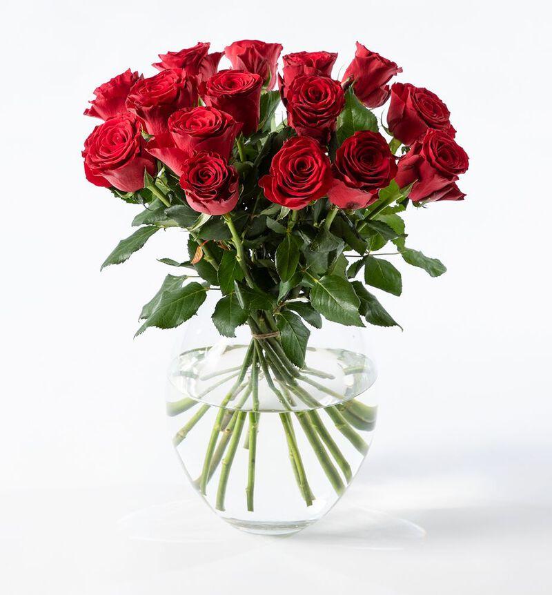 Røde roser i gavepose med bobler og sjokolade bildenummer 2