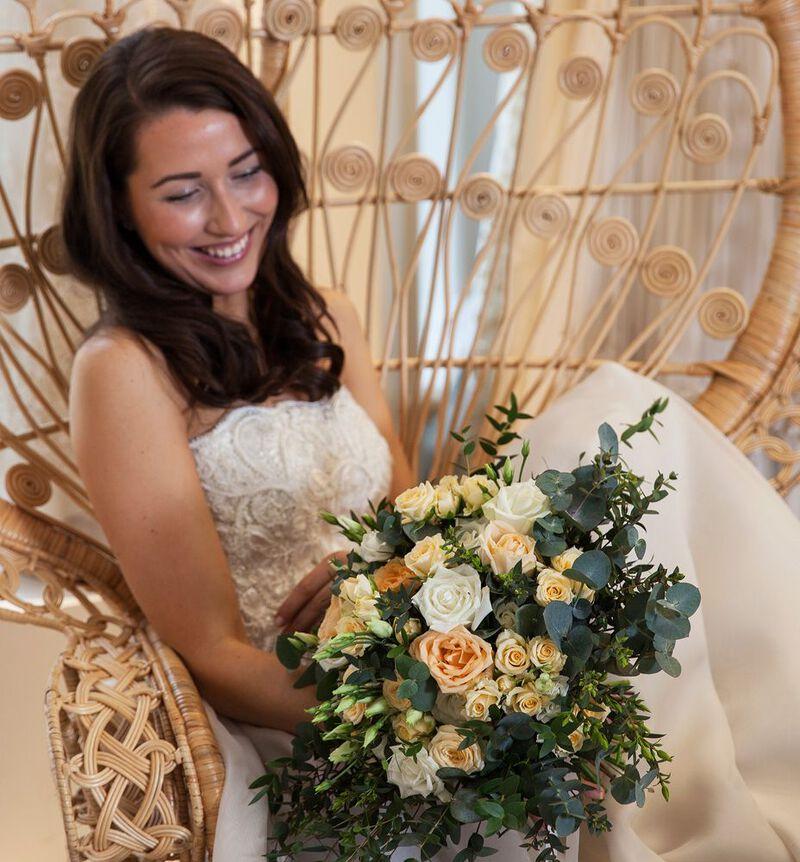 Romantisk brudebukett i fersken og hvitt bildenummer 4